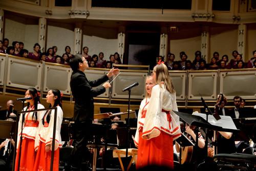 芝减哥佳音、华星少女独唱团取印第安波女童独唱团结合演唱。(《芝减哥华语论坛》/张年夜卫 摄)