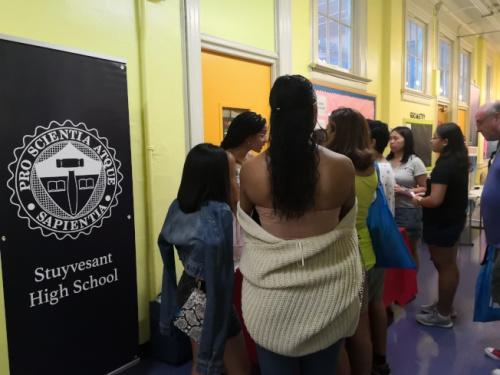 史岱文森高中深受华裔学生喜爱,摊位前挤满谘询的学生和家长。(美国《世界日报》/黄伊奕 摄)