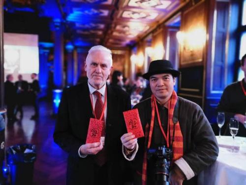 丹麦国际文化交流协会会长安德森与何儒在哥本哈根为点亮哥本哈根派发旅游大红包 受访者提供