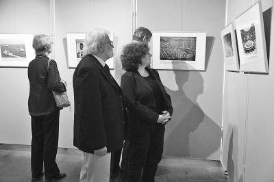 图为观众正●在参观展览。本报记者 田园供图