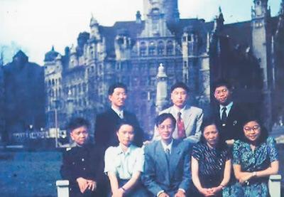 1956年,梅兆荣(后排中)在德国莱比锡大学学习期间与同学们合影。   受访者供图