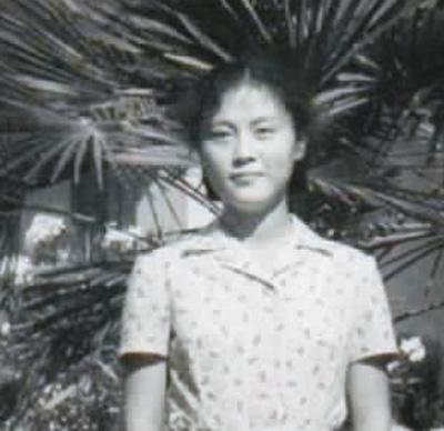 何大明在阿尔巴尼亚留学时,在中国驻地拉那大使馆前留念。   受访★者供图
