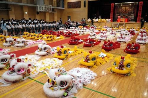 意味中华群众共战国建立70周年的70只醉狮。(日本《中文导报》)