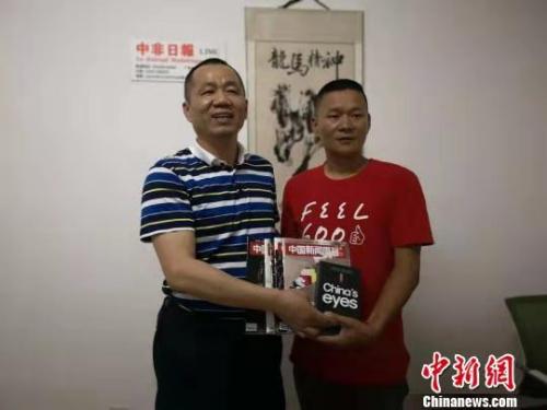 资料图:中国新闻社副社长兼副总编辑ω夏春平(左)与许自树(右)合影。 于晶波 摄
