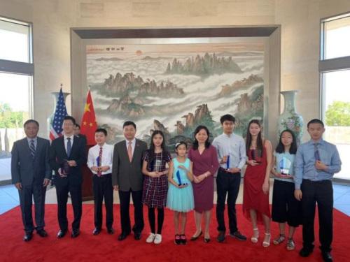 获一等奖的学生与徐学渊合影。(美国《世界日报》/张筠 摄)
