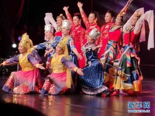 9月14日,华侨华人在罗马尼亚首都布加勒斯特表演舞蹈。当日,罗马尼亚华侨华人社团联合举办庆祝中华人民共和国成立70周年暨中罗建交70周年文艺晚会。新华社记者 林惠芬 摄