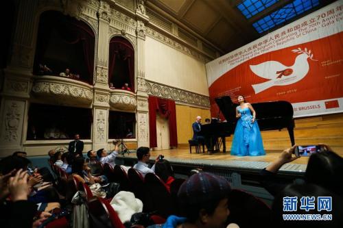 9月9日,在比利时布鲁塞尔,演员在比利时华侨华人庆祝中华人民共和国成立70周年文艺晚会上表演。新华社记者 郑焕松 摄