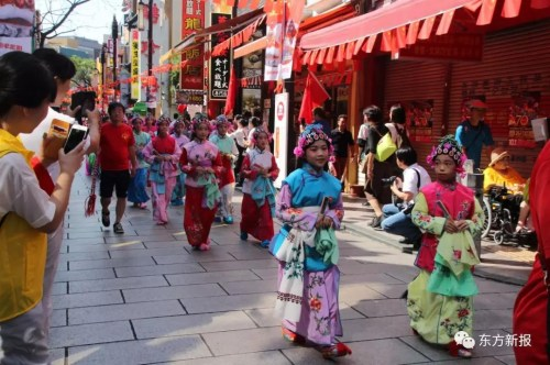 身脱平易近族传统衣饰参与游止的华裔华人。(日本西方新报)