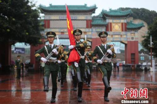 图为在军乐队的音乐声中国旗护卫队进入人民广场。 陈超 摄