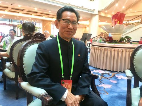 德国中国和平统一促进会创会会长夏康民接受本报记者采访。(《欧洲时报》/万淑艳 摄)