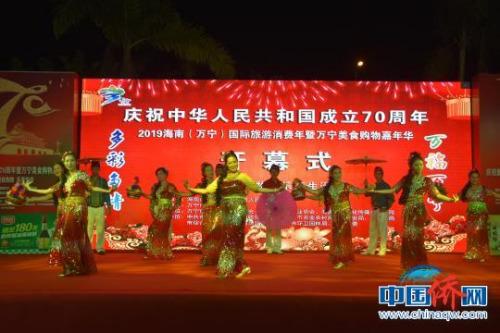 开幕式上东南亚风情舞蹈表演。 陈燕清 摄