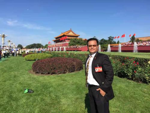图为好国《新天下时报》董事少倪涛参与70周年抗打败利举动。(受访者供图)