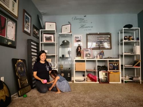 陈佩霞(左)和女儿刘安儿(右)在为刘文健准备的房间里。(美国《世界日报》/黄伊奕 摄)