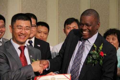 博茨瓦纳总统马西西向南庚戌颁发担任华人慈善基金会主席证书。受访者供图