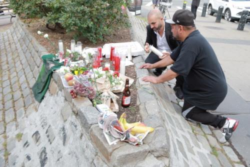 图为民众为四名遇难者点燃蜡烛与祭品。(美国《世界日报》 张晨/摄)