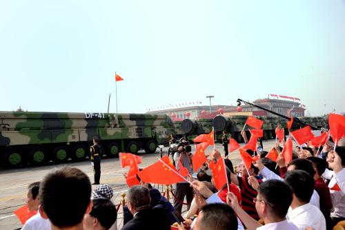 图为巨型的核导弹圆队经由过程广场时,不雅礼的华人战高朋皆不由自主站了起去,连连挥动脚中的小白旗,不竭喝采。(好国《芝减哥华语论坛》 张年夜卫/摄)