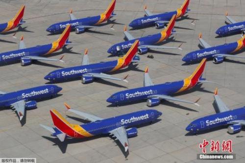 """当地时间3月27日,美国西南航空公司的波音737 MAX系列飞机停放在号称""""飞机坟场""""的维克多维尔机场。"""