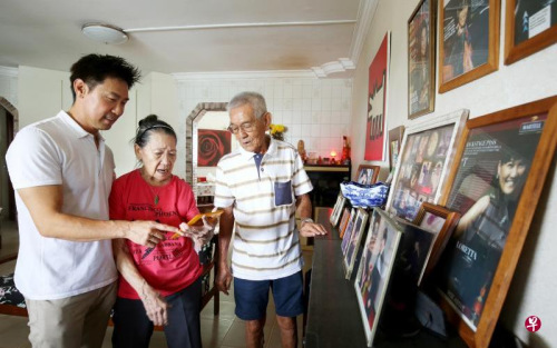 陈之财(左一)取女亲陈春祸(左一)及母亲吴丽群一路看家里的旧照片。(新减坡《结合早报》/龙国雄 摄)