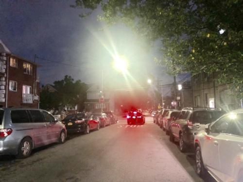 图为嫌犯冒充警察入室抢劫这条街上的华人家庭。(美国《世界日报》 朱蕾/摄)