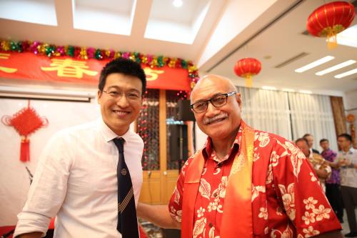 2017年春节,杨鸿濂与时任斐济总统孔罗特在春节招待会上合影留念。(图片来自受访者)