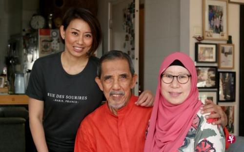 Justina(洁丝汀娜,左一)与父亲Ibrahim Yasin及母亲王美玲。(新加坡《联合早报》/龙国雄 摄)