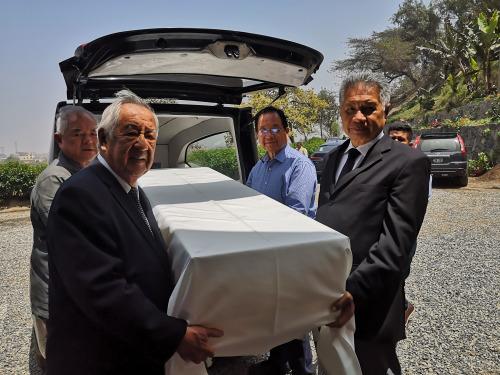 图为秘鲁文化部向秘华文化中心移交3具早期华人遗骨。(秘鲁《公言报》)