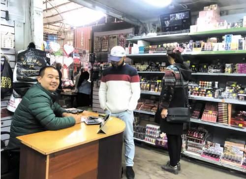 去自义黑的陈争冬正在比什凯克市多我多伊市运营着一家化装品店。(凶我凶斯坦《丝路新察看》)