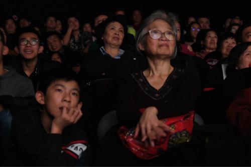 观众专心致志观影。(《欧洲时报》/马行健 摄)