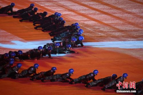 10月18日,第七届世界军人运动会开幕式在武汉体育中心举行。开幕式文艺表演《和平之师》。<a target='_blank' href='http://www.chinanews.com/'>中新社</a>记者 侯宇 摄