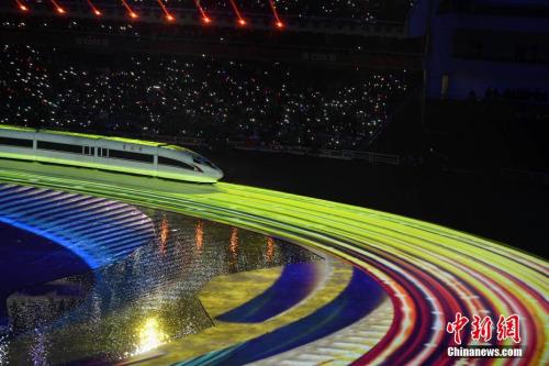 """10月18日,第七届世界军人运动会开幕式在武汉体育中心举行。图为""""复兴号""""开进开幕式现场。<a target='_blank' href='http://www.chinanews.com/'>中新社</a>记者 何蓬磊 摄"""