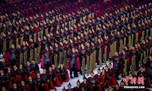 10月18日,第七届世界军人运动会开幕式在武汉体育中心举行。图为演员在开幕式上表演。<a target='_blank' href='http://www.chinanews.com/'>中新社</a>记者 张畅 摄