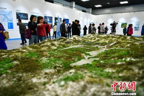 海外华文媒今天北京11选五体高层人士在冬奥临时展馆�内参观。 翟羽佳 摄