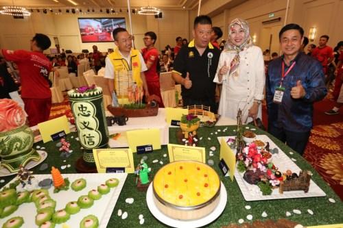 """部分与会嘉宾在""""关公宴""""上合影留念。(马来西亚《东方日报》/刘维杰 摄)"""