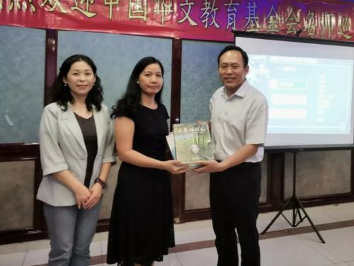 双方互赠纪念品(中国华文教育基金会供图)