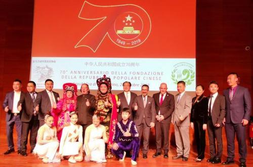 图为圣马中友协主席泰伦齐、中国对外友协副会长宋敬武和演员合影。(欧联社 博源/摄)