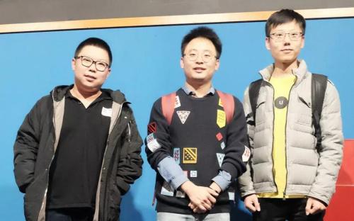 图为旅西留学生王子晨、王玉和格尔乐图接受《欧洲时报》采访。(《欧洲时报》 林碧燕/摄)