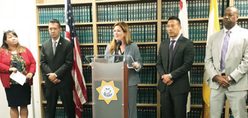 舊金山臨時地檢長樂素詩宣布,將要求法官收押僑領遇襲案的嫌犯。(美國《世界日報》/李秀蘭 攝)