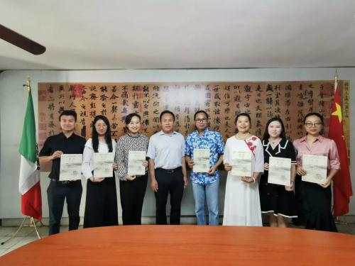 于晓秘书长为参训教师颁发证书(中国华文教育基金会 供图)