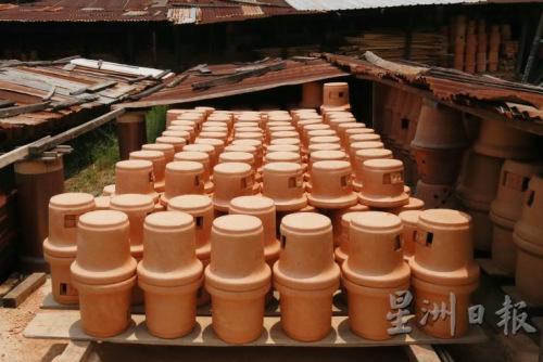 外炉必须在烈日下曝晒一星期,让泥质内的水分干透。(马来西亚《星洲日报》)
