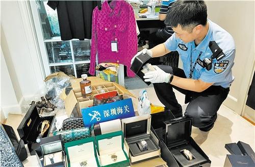 海关缉私人员查获大量吊牌齐全、包装完好的奢侈品牌服饰、箱包、手表等。 (资料照片)