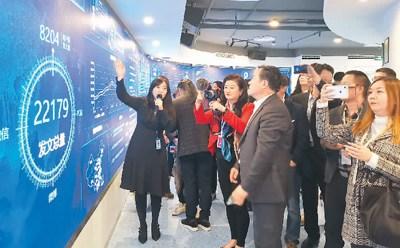 华媒学员们在新华网参观。