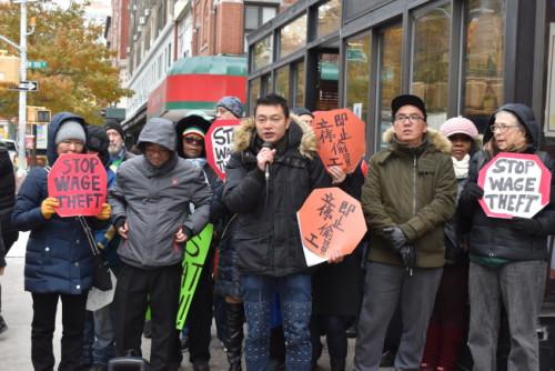 """纽约州华人劳工14日与多名劳工一同参与抗议,要州长葛谟立即签字通过""""防拖欠工资""""法案。(美国《世界日报》/颜嘉莹 摄)"""