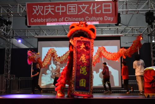 欢庆中华文化日活动以舞龙舞狮热闹开场。(美国《世界日报》记者黄少华/摄影)