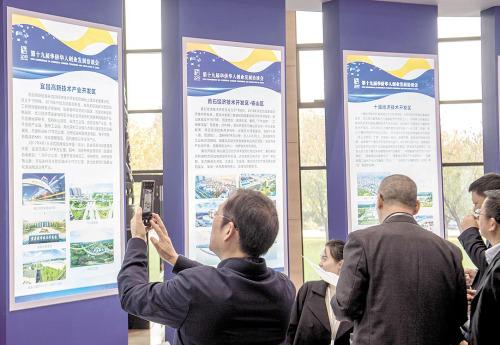 11月22日,参加华创会的嘉宾在湖北省重点开发区展示区参观、洽谈。 (湖北日报全媒记者 魏铼 摄)