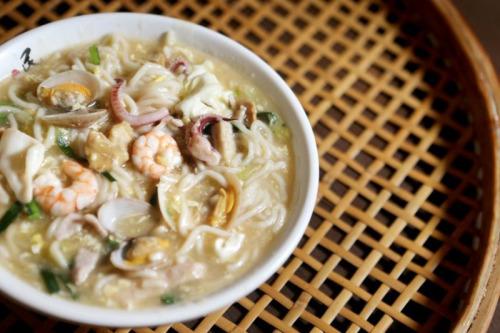 民众菜馆传承了86年的兴化卤面,食材配料丰富。(严宣融摄)
