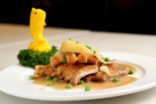美珍苑的海南猪扒的酱汁采用面粉、牛油及洋葱慢火干炒制成。(龙国雄摄)