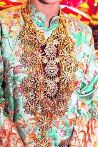 娘惹新娘礼服的前领都会佩戴镶碎钻的胸针, 而一般胸针的作用则是把Kebaya的衣襟扣起来。