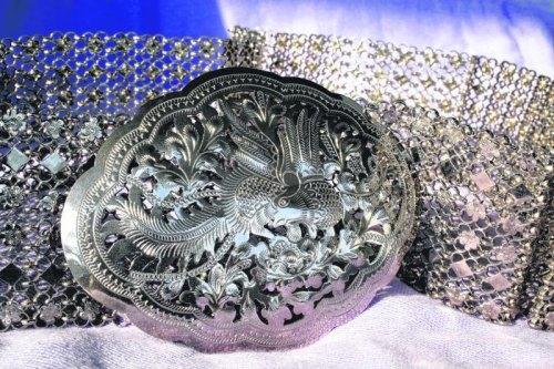 """娘惹银腰带常刻有""""凰""""的形象,一般只有三层,这是较少见的六层银腰带。"""