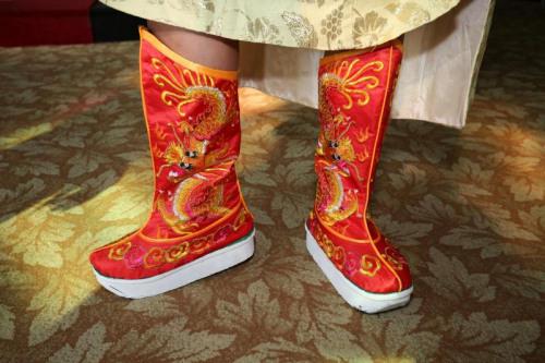峇峇新郎穿上精绣祥龙的官靴,寓意此生能飞黄腾达、富贵吉祥。