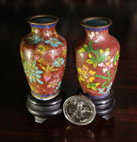 这对迷你珐琅花瓶是李荣佳祖上传下来的,繁花似锦的图案,甚是精致。